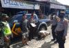 Petugas gabungan sedang memberikan sanksi kepada warga yang tidak memakai masker di Pasar Unit 2