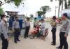 Polsek Banjar Agung saat menjaring warga yang tidak memakai masker pada Operasi Yustisi di Kampung Tunggal Warga