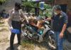 Personel Polsek Dente Teladas cek sepeda motor yang digunakan oleh korban saat terjadinya laka lantas di jalan poros PT.CPB
