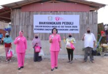 Ketua Bhayangkari Daerah Lampung Ny. Sarie Purwadi Arianto memimpin langsung baksos sambut HKGB Ke-68 tahun 2020