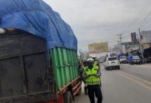 Personel Satlantas Polres Tulang Bawang menindak kendaraan ODOL yang melintas di Jalintim, Kampung Banjar Agung