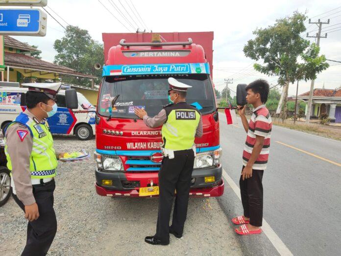Personel Satlantas Polres Tulang Bawang memasang stiker ayo pakai masker saat menggelar Operasi Zebra Krakatau-2020 di Jalintim, Kampung Lebuh Dalem