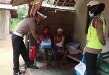 Kasat Lantas Polres Tulang Bawang Iptu Ipran, SH saat membagikan paket sembako kepada warga di Kampung Bawang Tirto Mulyo, Kecamatan Banjar Baru