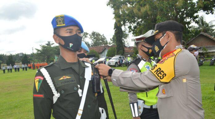 Kapolres Tulang Bawang AKBP Andy Siswantoro, SIK memasangkan pita tanda operasi pada acara Apel Gelar Pasukan Operasi Lilin Krakatau-2020
