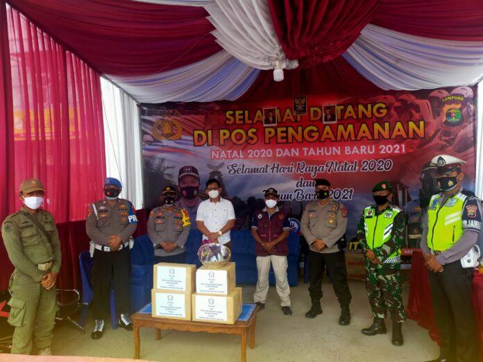 Pos Pam Simpang Penawar menerima tali asih dari Ketua Bhayangkari Cabang Tulang Bawang Ny. Dina Andy Siswantoro