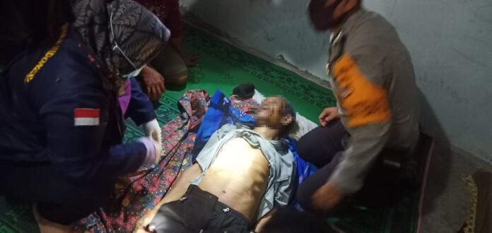 Petugas medis saat melakukan pemeriksaan pada tubuh korban bunuh diri di pohon coklat yang ada di Kampung Makarti Tama