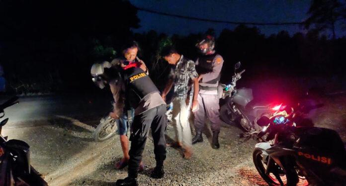 Tim Jalak Putih Polres Tulang Bawang saat menggeledah warga yang dicurigai