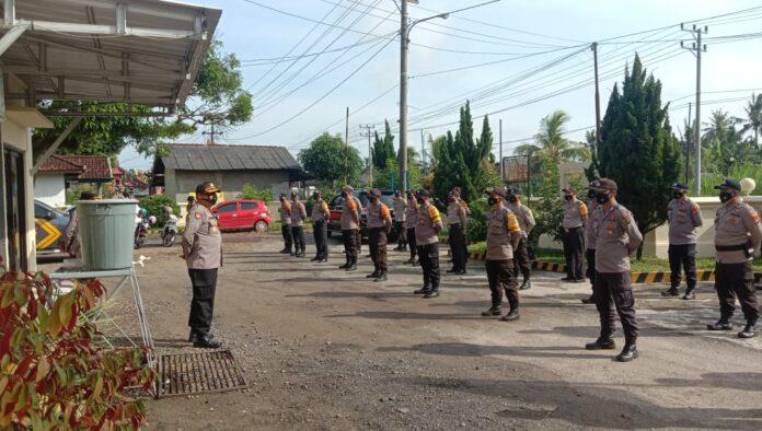 Wakapolres Tulang Bawang Kompol Nelson Manik, SH saat memimpin apel personel Polsek Banjar Agung
