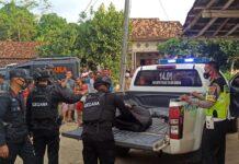Jibon Gegana Satbrimob Polda Lampung saat evakuasi granat nanas temuan warga dari TKP